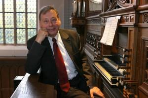 Gert Oost bij orgel Gotische zaal